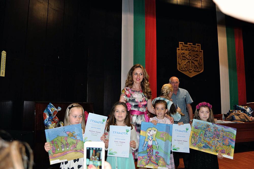 Преподавателката Ива Пенчева, носител на грамота за високи постижения, сред наградени деца