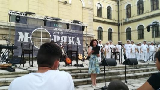 Представителен духов оркестър на ВМС и водещата Светла Ефендулова