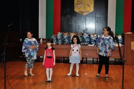 Деца поздравяват участниците в конкурса